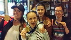 Yksi kesän hauskimpia rientoja oli Nordjobin järjestämä Amazing Race Gamla Stan. Joukkueemme yhtenä tehtävänä oli ottaa selfie runoilija Evert Tauben kanssa. Alemmassa kuvassa mitalistit Sofia, Eva, Elina ja minä. © Eva Kempas